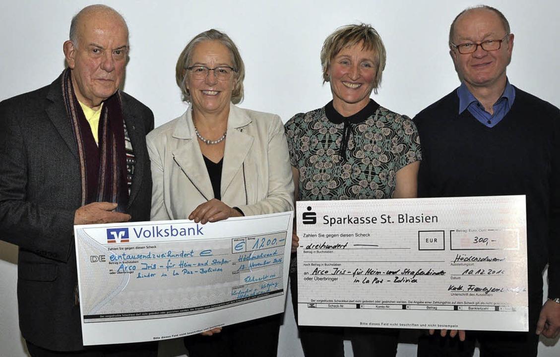 Pfarrer Josef Neuenhofer, Anni Vogelba...von links)  nach der Spendenübergabe.   | Foto: Stefan Pichler