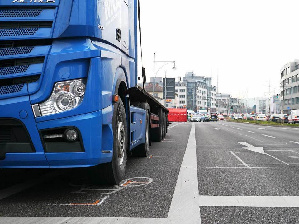 Der Unfall-Laster stand gegen 10 Uhr einige Meter von der Unfallstelle entfernt.  | Foto: bz
