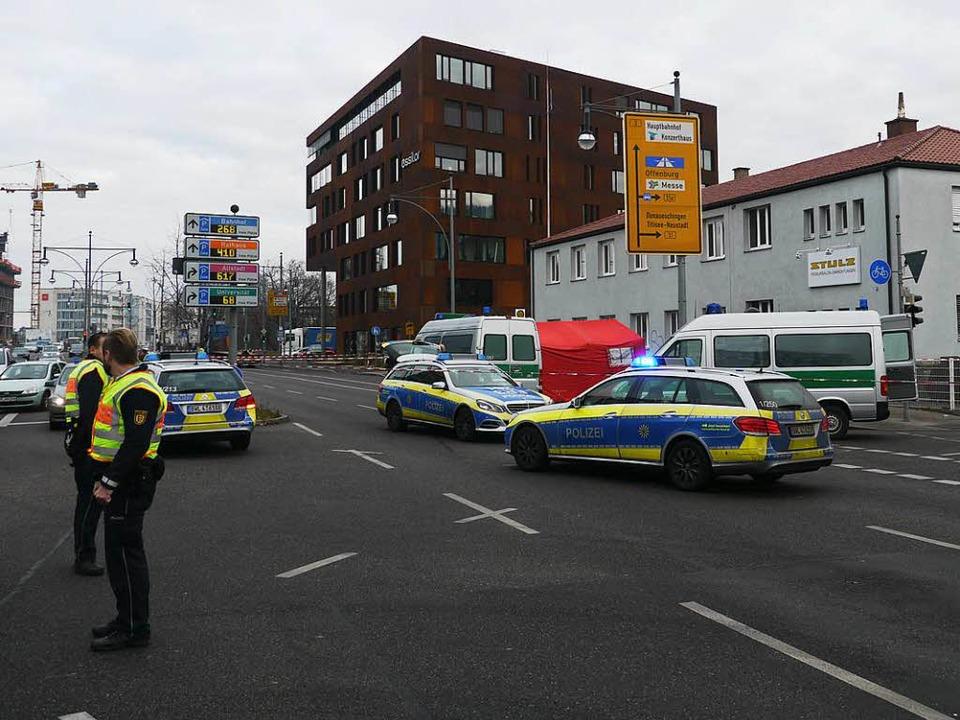 Der Unfall ereignete sich am Mittwochm...10 Uhr mit einem roten Zelt abgedeckt.  | Foto: bz