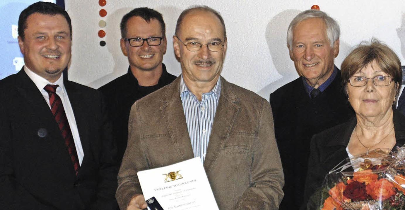Bürgermeister Adrian Schmidle (links) ...ert  teil (hintere Reihe, von links).   | Foto: MIchael GOTTSTEIN