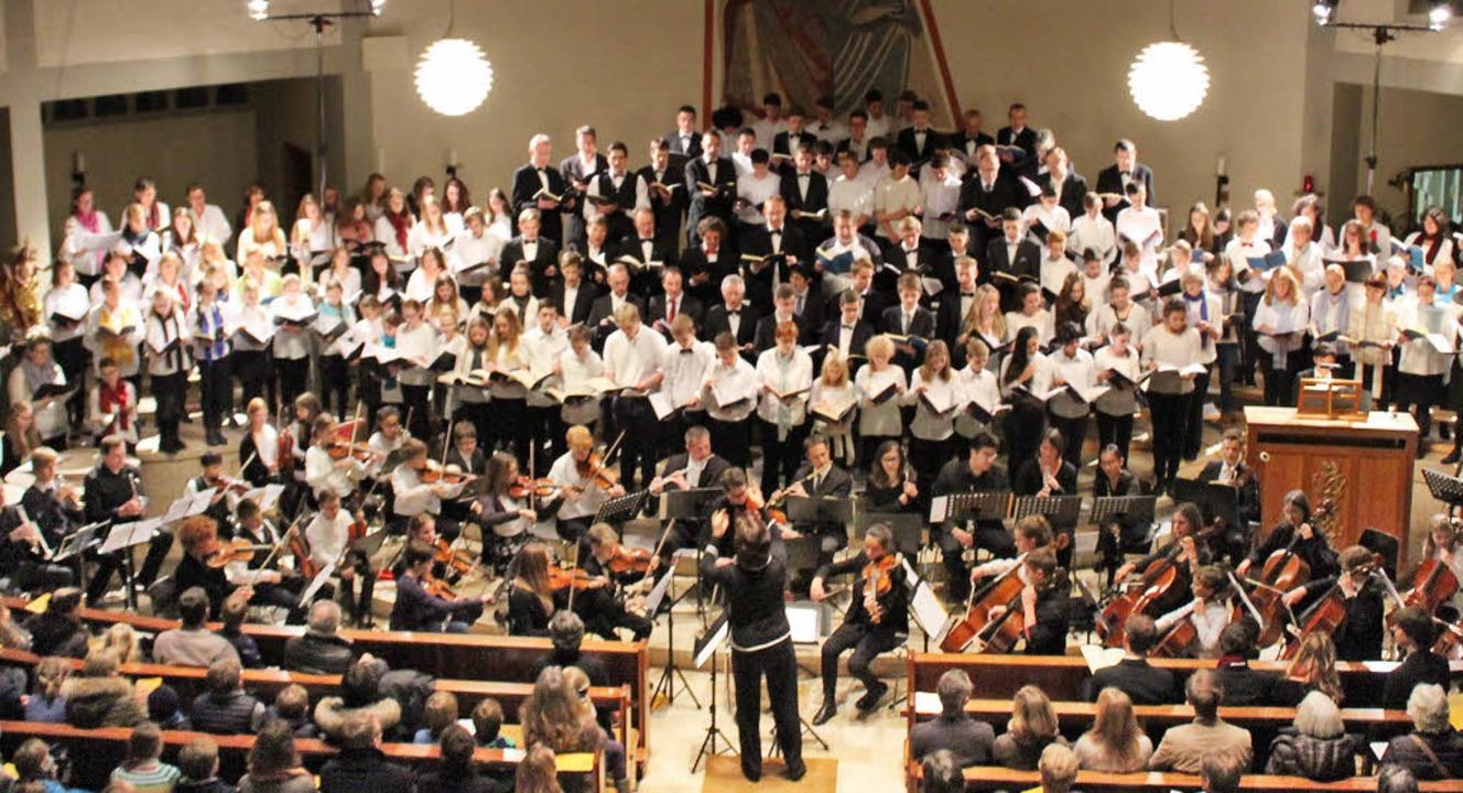 Chöre und Orchester schufen in  Stegen eine beeindruckende Klangkulisse.   | Foto: Erich Krieger