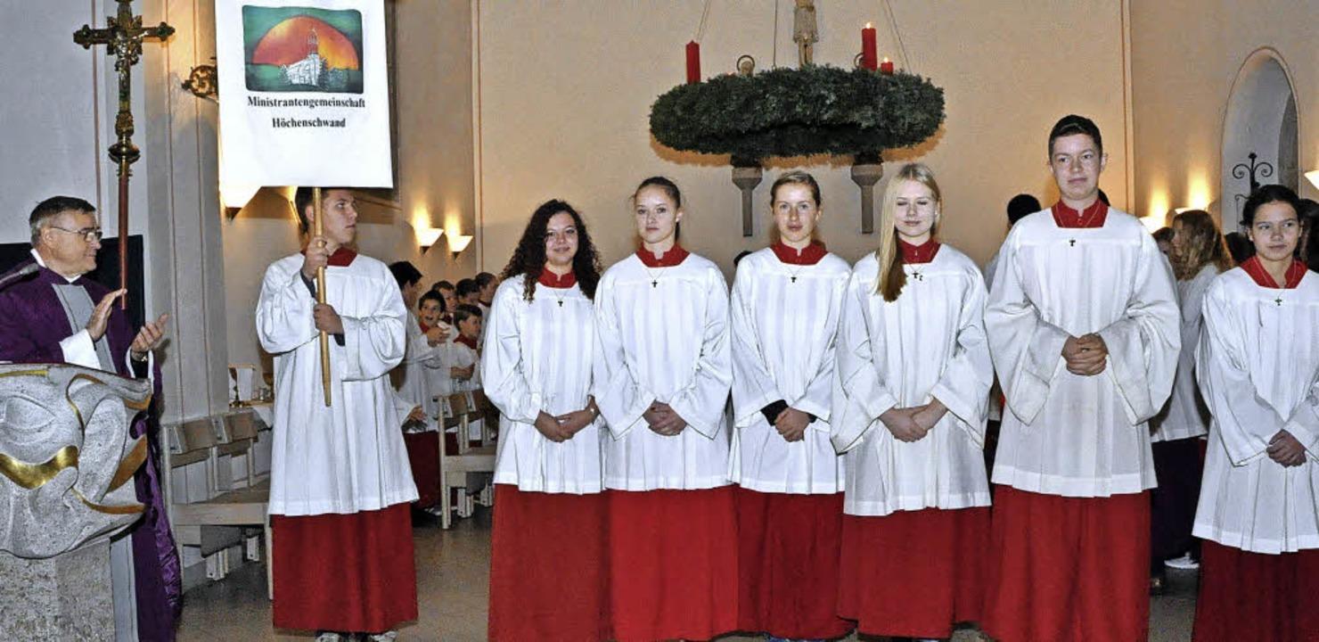 Pfarrer Ivan Hoyanic ehrte in der Pfar...er und Samanta Zumkeller (von links).   | Foto: Stefan Pichler