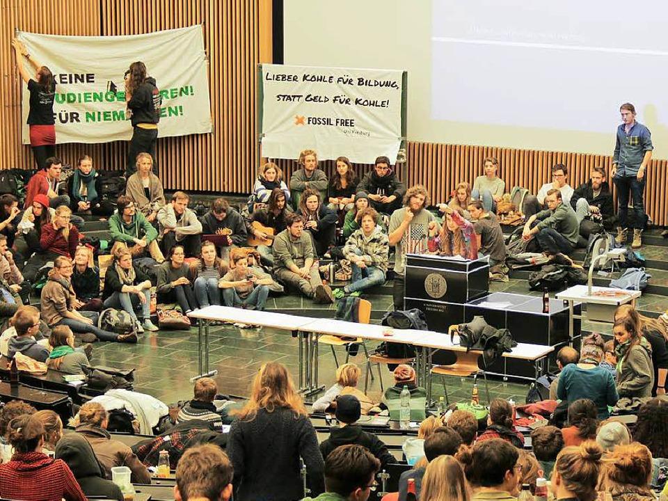 Studierende der Uni Freiburg haben das...ung der Semestergebühren protestieren.  | Foto: Daniel Laufer