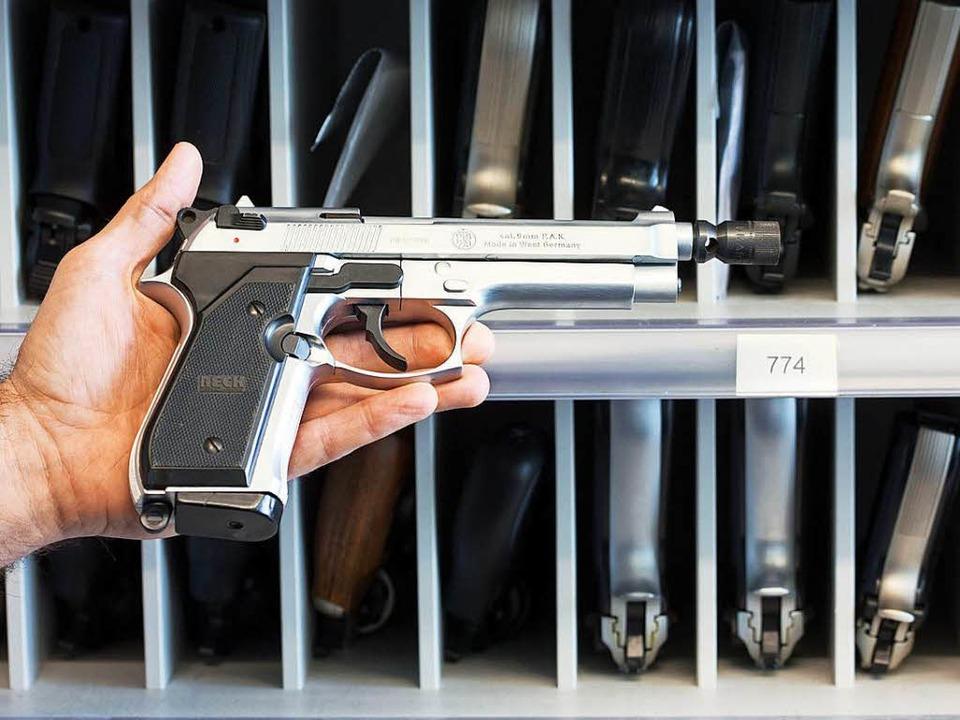 Ein kleiner Waffenschein lag nicht nicht vor. (Symbolbild)  | Foto: dpa