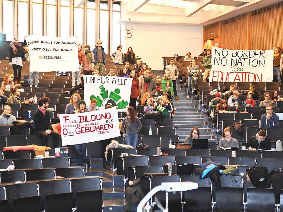 Studierende der Uni Freiburg haben das...ung der Semestergebühren protestieren.  | Foto: dpa