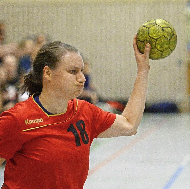"""""""Entweder ganz oder gar nicht&#8...e Czok (am Ball) für die HSG Freiburg.    Foto: Patrick Seeger"""
