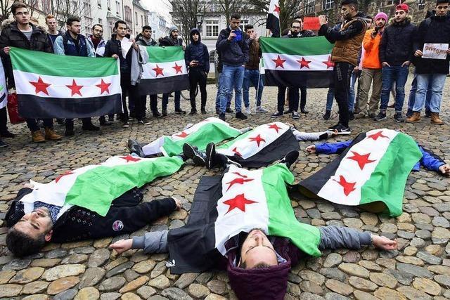 Knapp 100 Syrer protestieren in Freiburg für Frieden in Aleppo