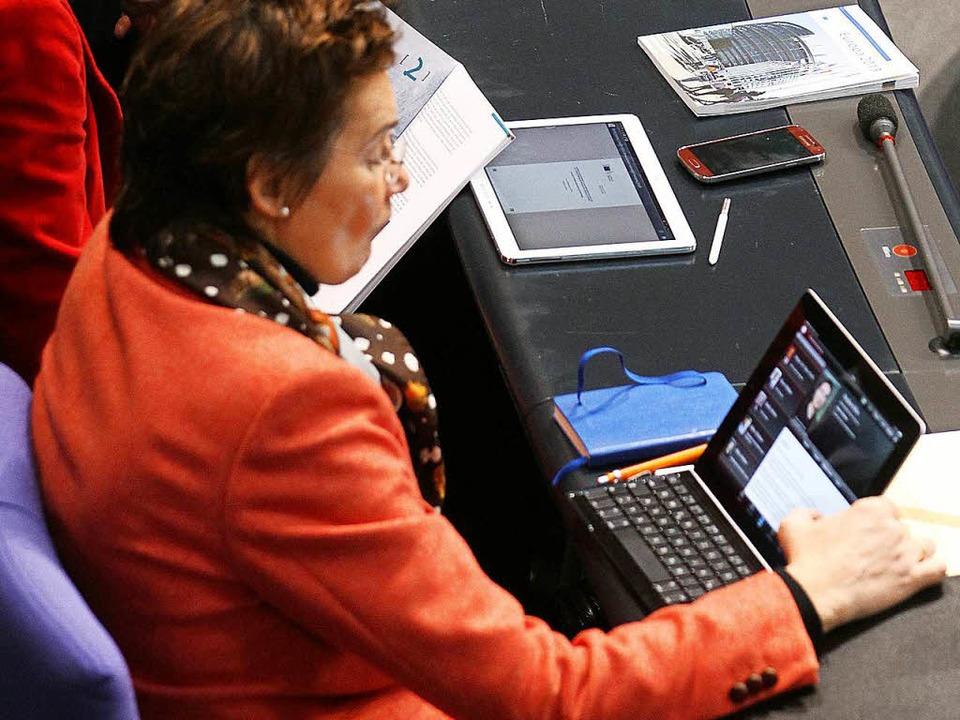 Digitales Debattieren gehört auch im  Deutschen Bundestag längst zur Normalität.  | Foto: dpa