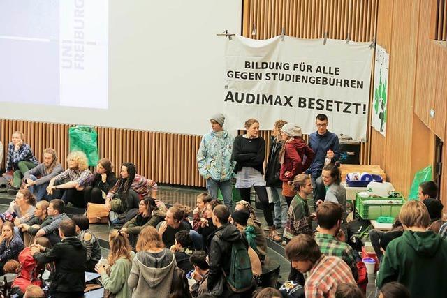 Studierende beenden Besetzung des Audimax und ziehen zum Senat – Rektor sieht keinen Gesprächsbedarf