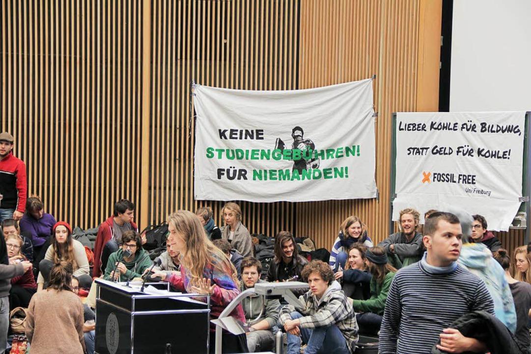 Studierende besetzen das Audimax der Uni Freiburg.  | Foto: Daniel Laufer
