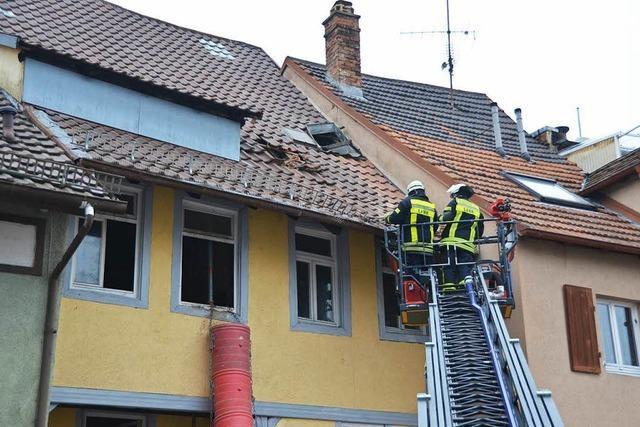 In der Lahrer Kaiserstraße ist ein Kamin von einem Haus gestürzt