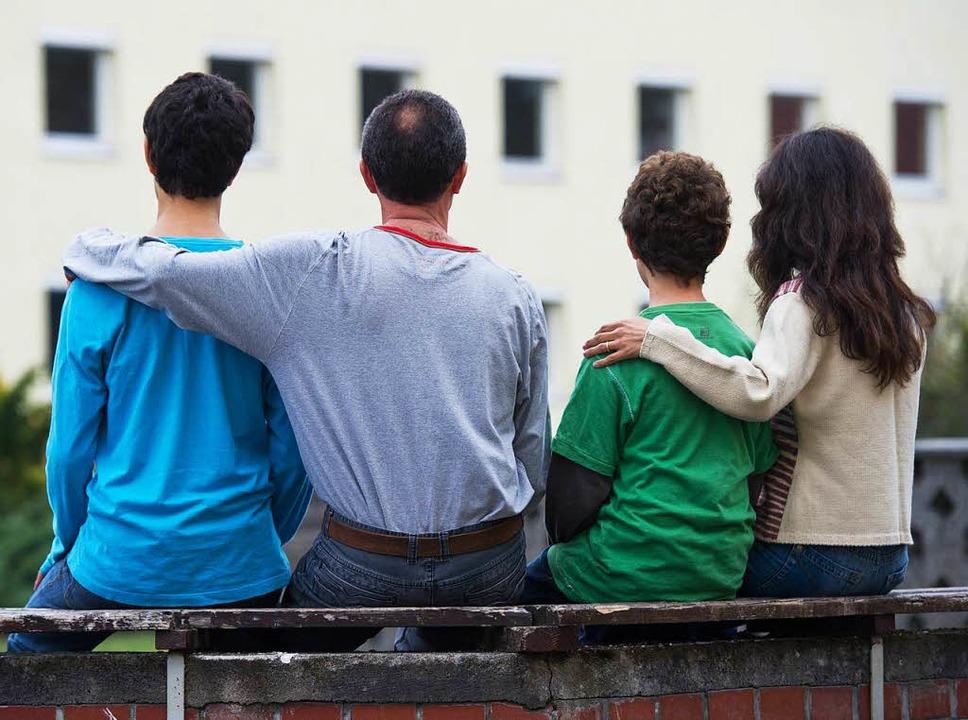 Eine syrische Familie sitzt vor einem ...e des Landes Brandenburg (Symbolbild).  | Foto: dpa