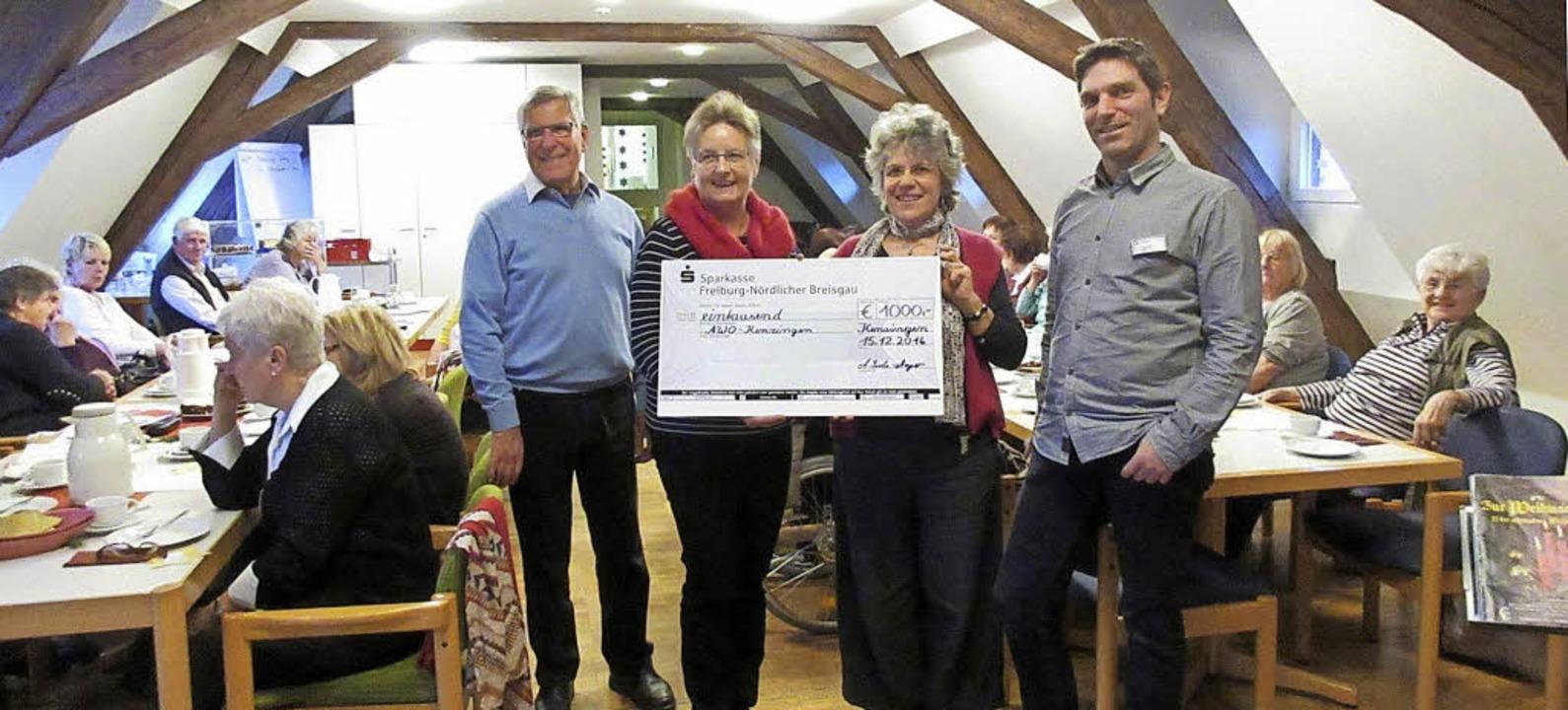 Manfred Disch und Angelika Isele-Mayer...on links) einen Scheck über 1000 Euro.  | Foto: Reiner Merz