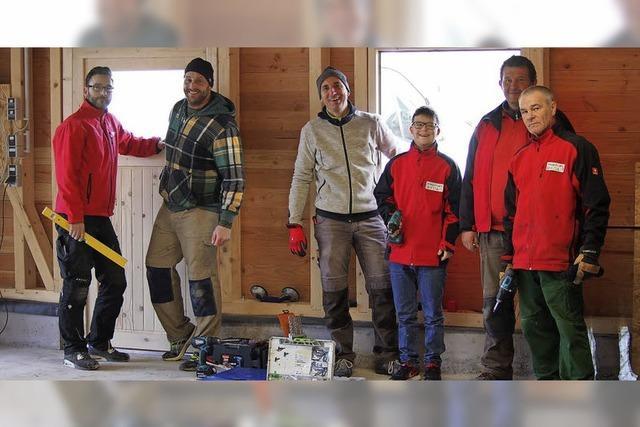 Junge Männer helfen IntegrA