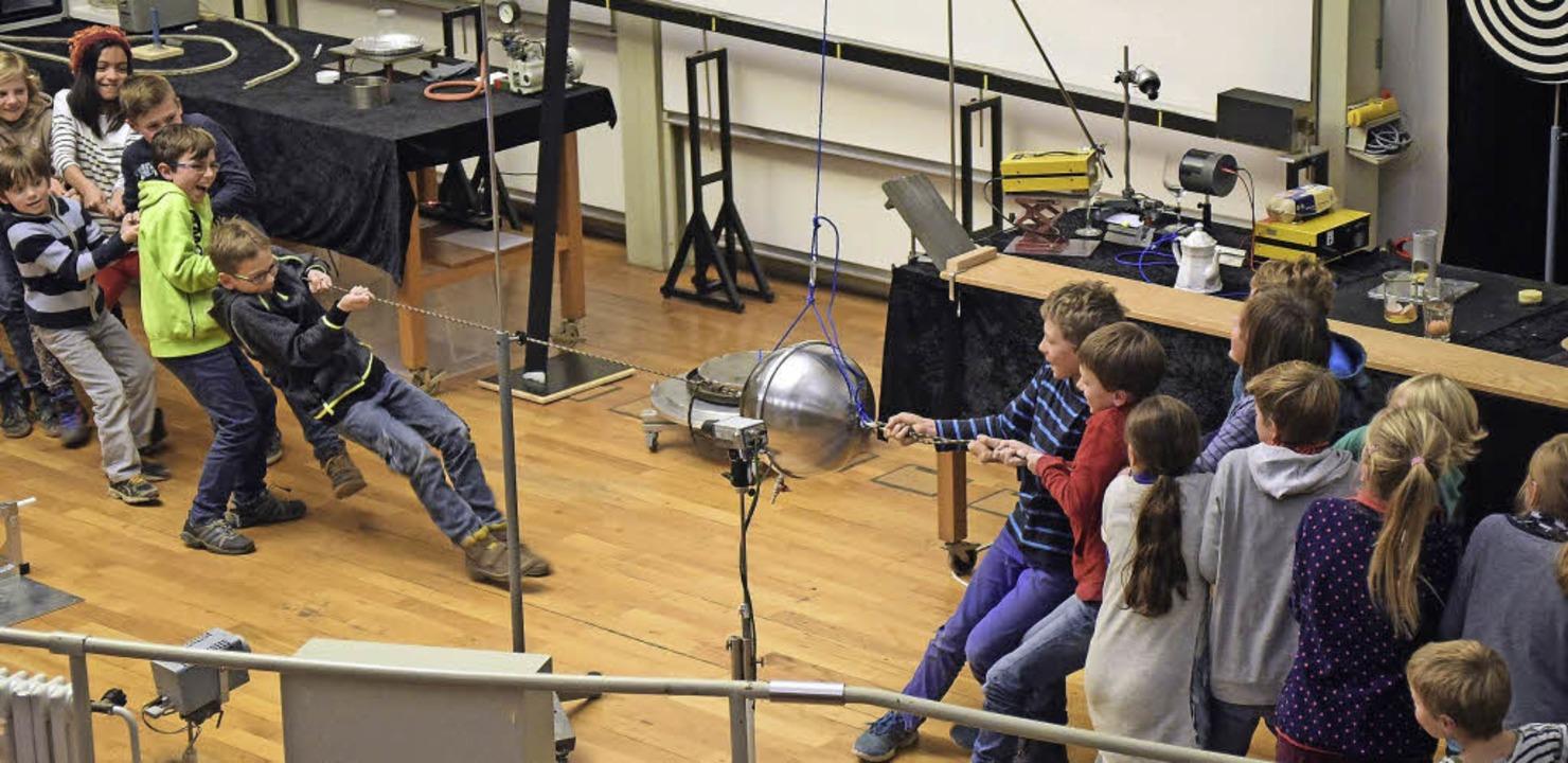 Einige Kinder durften auch selbst experimentieren.   | Foto: Thomas Kunz