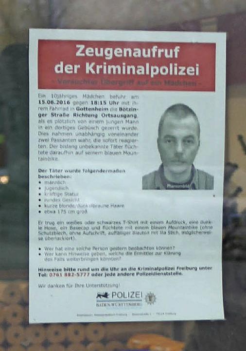 Nach wie vor wird mit Plakaten, wie hi...er im Juni ein Mädchen überfallen hat.  | Foto: Mario Schöneberg