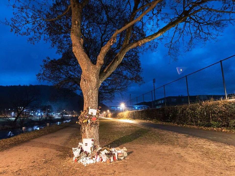 Noch immer stehen Kerzen und Blumen an.... Mitte Oktober tot aufgefunden wurde.  | Foto: dpa