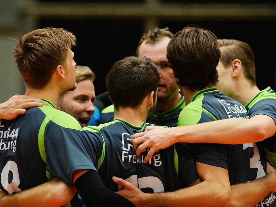 Die 1844-Volleyballer herzen sich nach dem Sieg über den GSVE Delitzsch.   | Foto: Seeger
