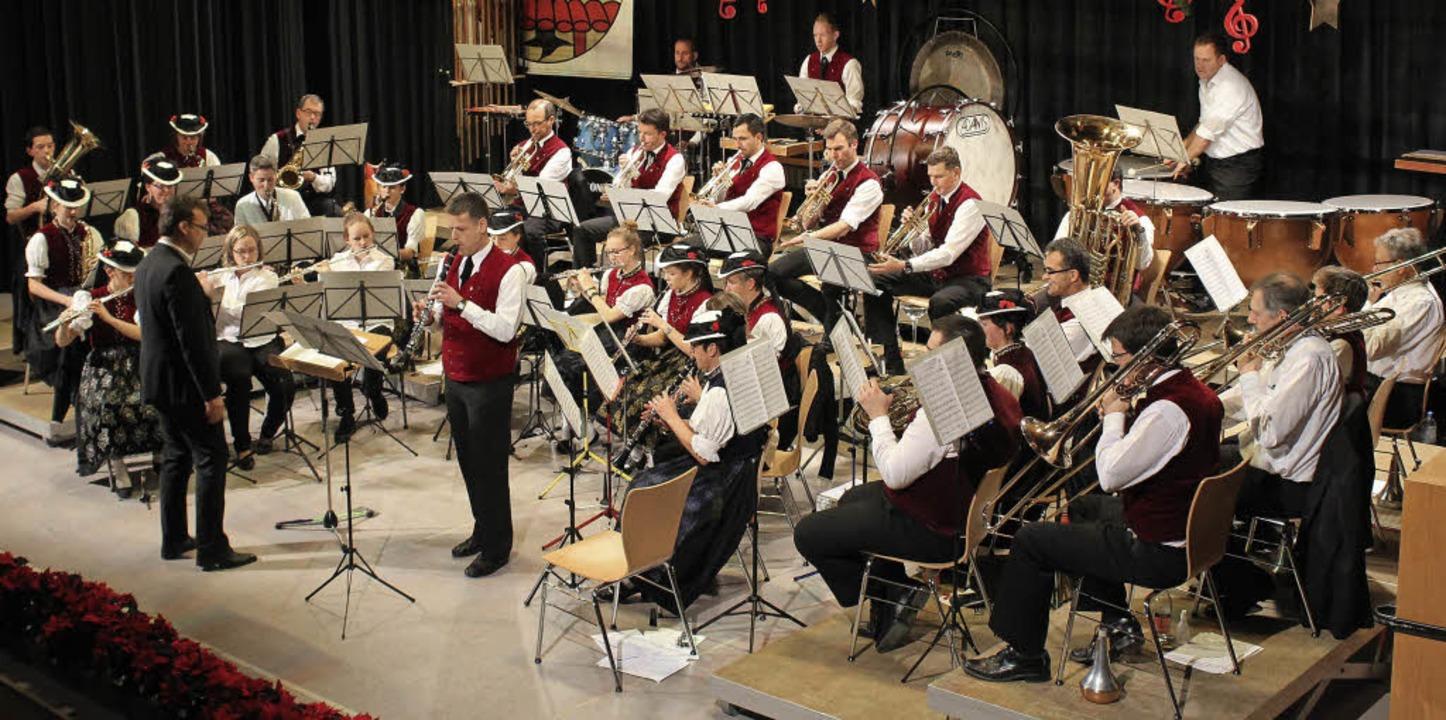 Die Musikerinnen und Musiker des MV/Tr...t dem Solisten Manfred Gremmelspacher.    Foto: Erich Krieger