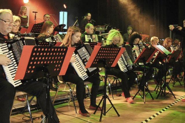 Akkordeon-Showorchester bekommt tosenden Beifall