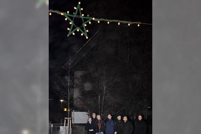 Weihnachtliche Beleuchtung inspiziert