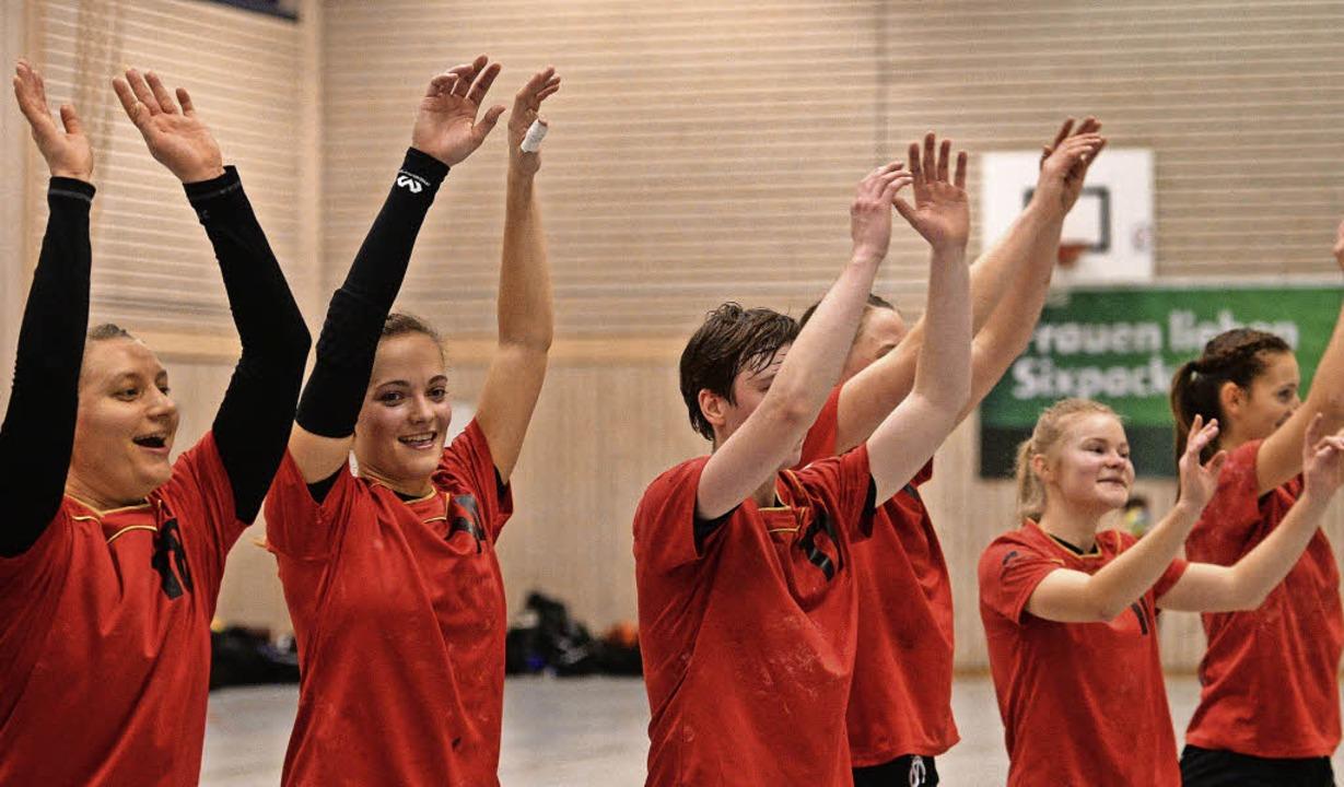Jubel bei den HSG-Handballerinnen nach dem Derbysieg über den TV Brombach.     Foto: Patrick Seeger