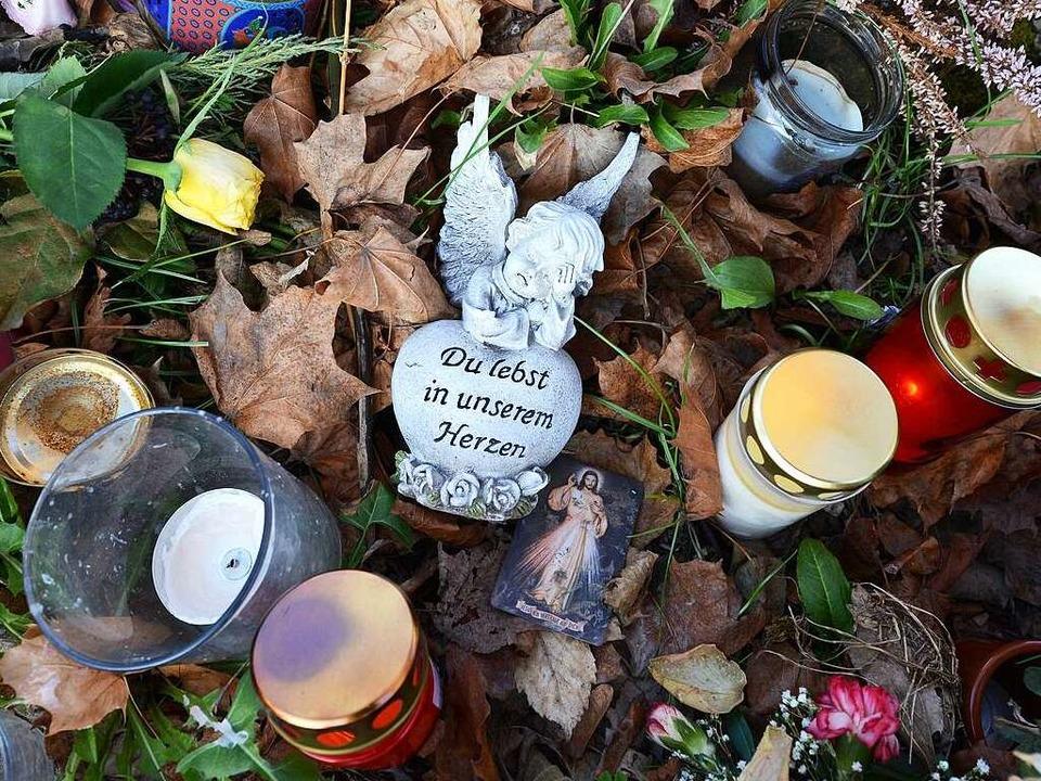 Kerzen an der Stelle an der Dreisam, w...te Maria Mitte Oktober gefunden wurde.  | Foto: Rita Eggstein