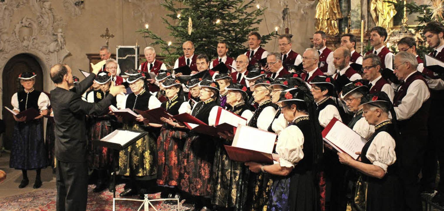 Beim Dorfweihnachtskonzert in der Pfar...e als ein großer gemischter Chor auf.   | Foto: Erich Krieger