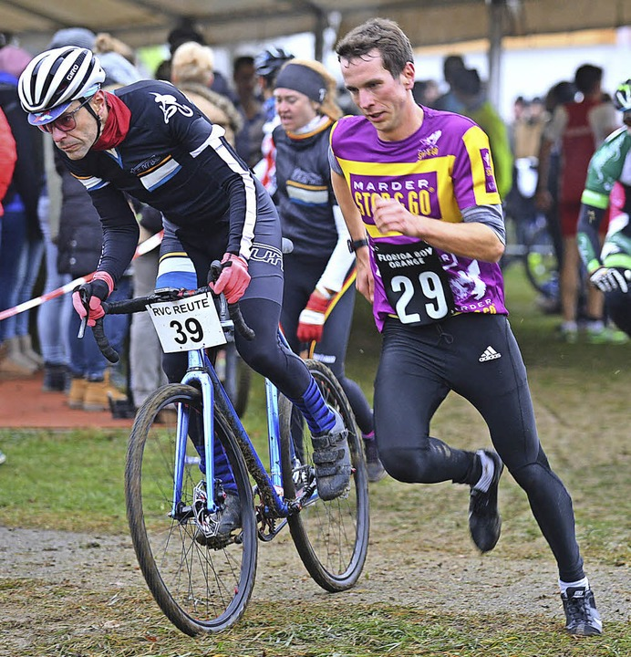 Christopher Hettich (Nummer 29)  läuft dem Sieg entgegen.     Foto: Murst