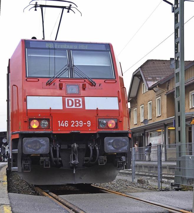 Zug fährt ein: Auf der Höllentalbahn s... unterwegs, hier im Bahnhof Neustadt.   | Foto: Tanja Bury