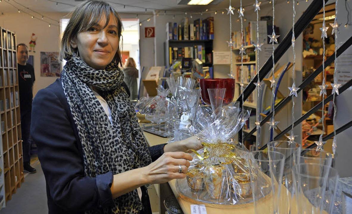 Antonia Büche richtet ein fertig als Geschenk verpacktes Kaffeeservice.   | Foto: Horatio Gollin