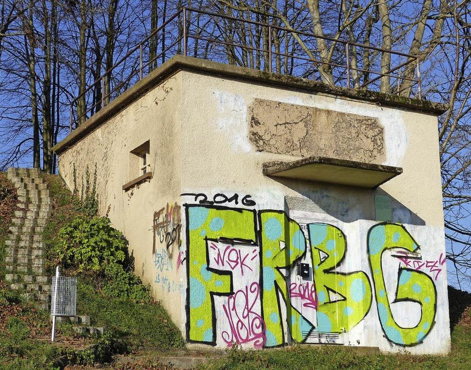 Kunst statt Geschmiere: Der kleine Hochbehälter soll übermalt werden.  | Foto: c. bachmann-Goronzy