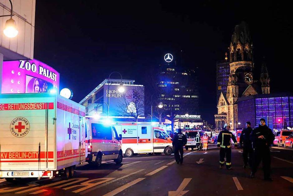 Rettungskräfte unweit des Tatorts bei der Gedächtniskirche. (Foto: dpa)