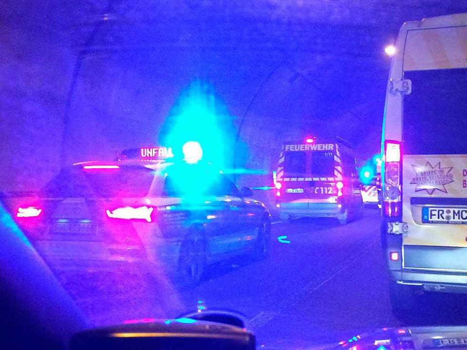 Einsatzfahrzeuge der Freiwilligen Feuerwehr und Polizei im Tunnel  | Foto: Jürgen Peschek