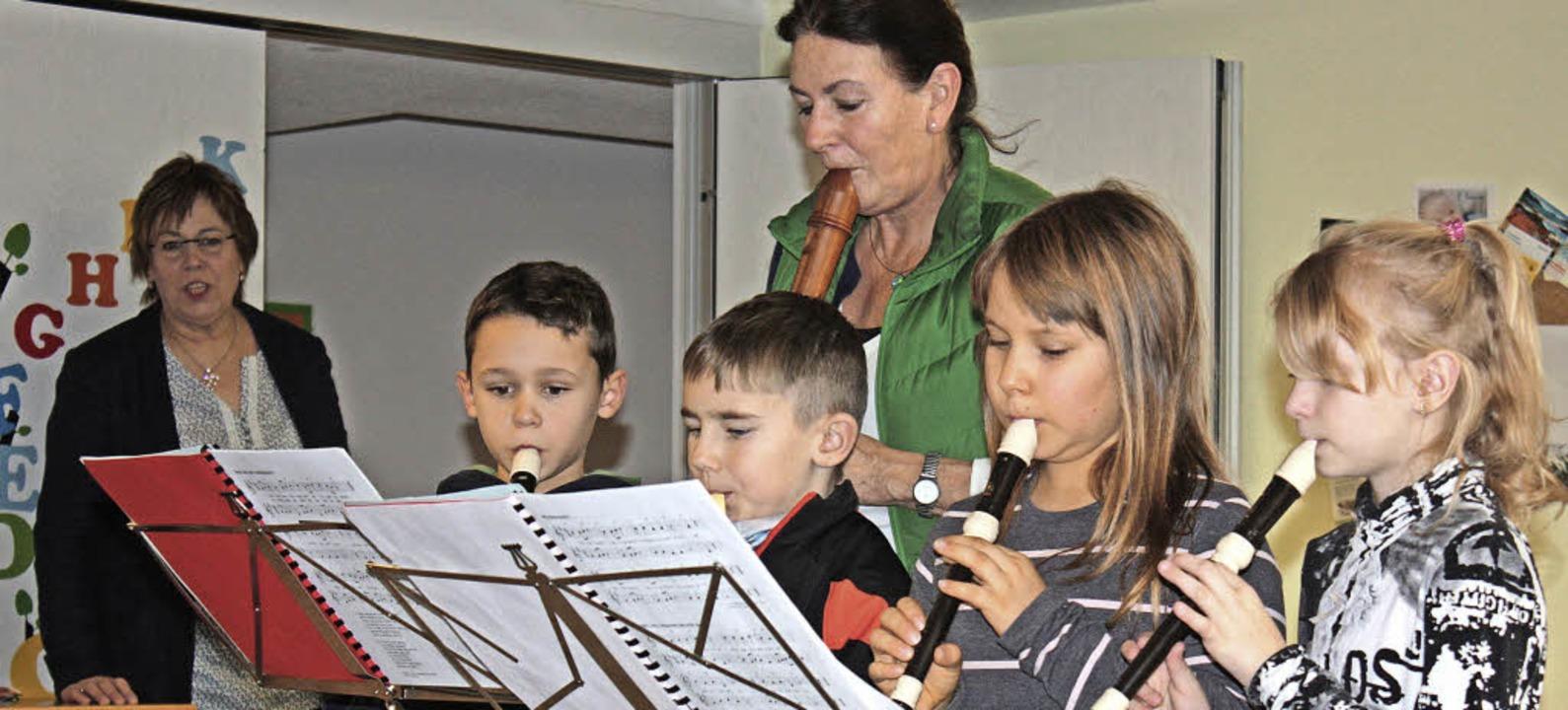 Die Flötenkinder trugen mit Heidrun Schäfer einige Weihnachtslieder vor.   | Foto: Dorothée Kuhlmann