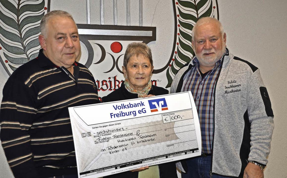 Forchheim.  Musikvereinsvorsitzender B...t dem Spendenscheck von über 600 Euro.  | Foto: Roland Vitt