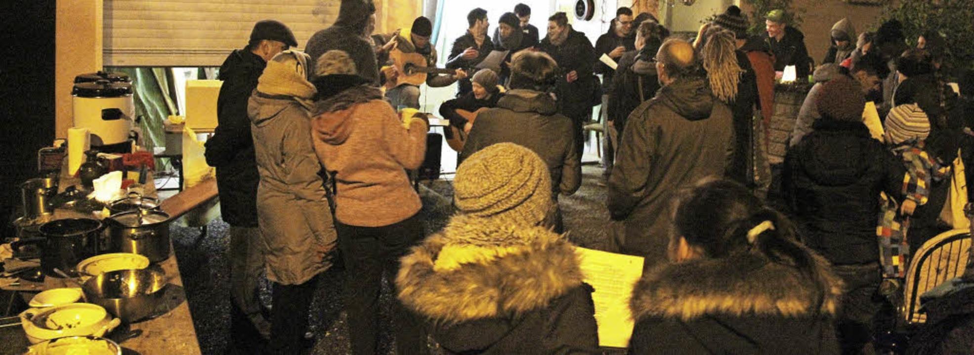 Mit Liedern, Essen und Gesprächen kame...m begehbaren Adventskalender zusammen.  | Foto: horst david