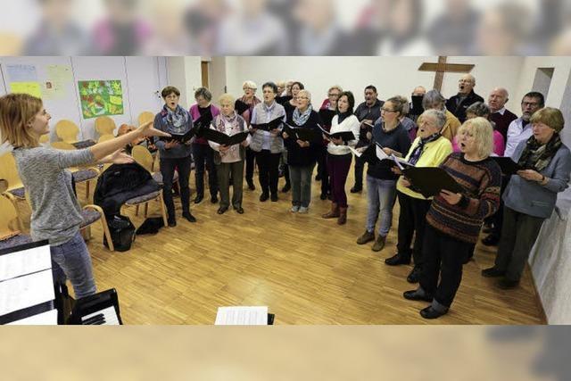 Die Mitglieder des Opfinger Kirchenchor unterstützen sich auch im echten Leben
