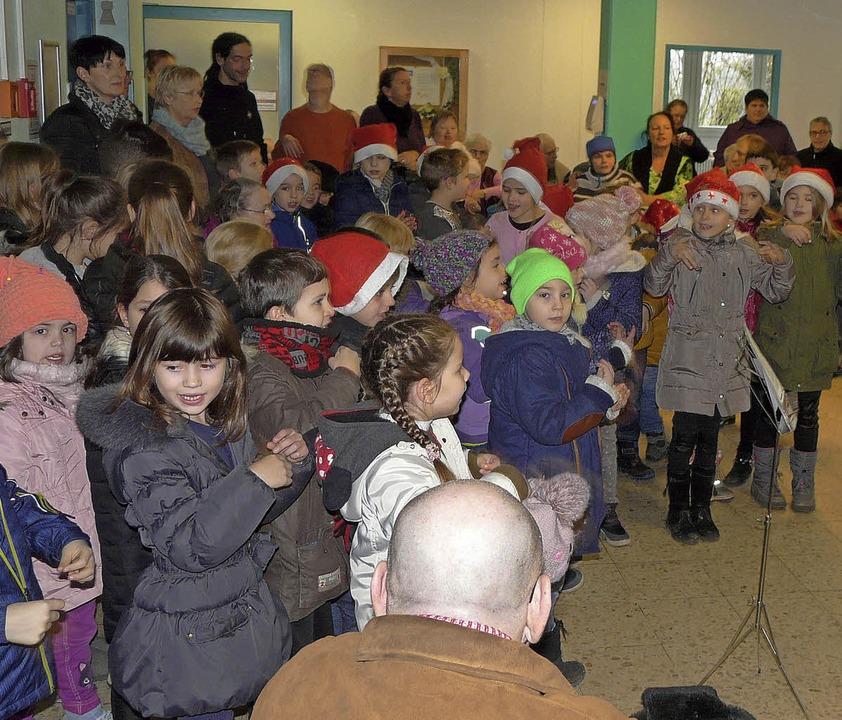 Schüler und Lehrer der Grundschule Lan...n einen Weihnachtsbesuch abgestattet.     Foto: Reiner Beschorner