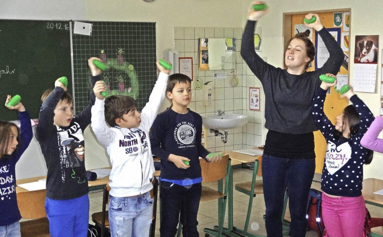Kreisen, schwingen, musizieren: Hebelm...in Lara Kropf macht vor, wie es geht    | Foto: klaus brust
