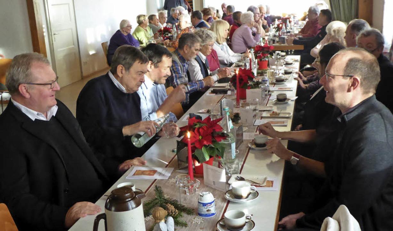 Bei der Weihnachtsfeier des Seniorencl...s) und Steffen Mahler (rechts) dabei.     Foto: privat