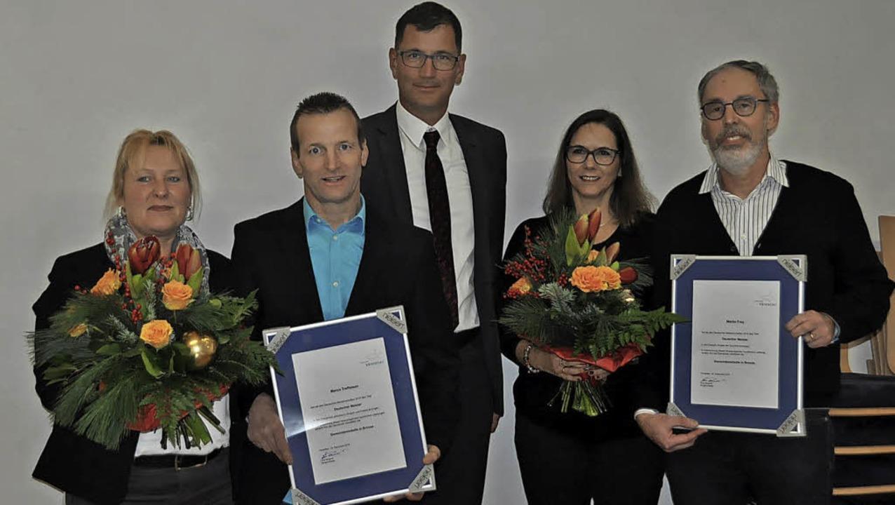 Bürgermeister Lars Brügner (Mitte) ver...rauen  die Gemeindemedaille in Bronze.  | Foto: Herbert Geisler