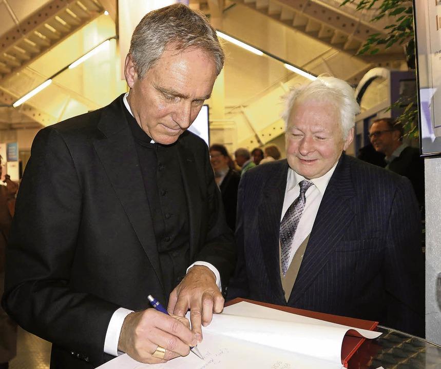 Karl Trenkle aus Simonswald (rechts) f...von Kurien-Erzbischof Georg Gänswein.   | Foto: Horst Dauenhauer