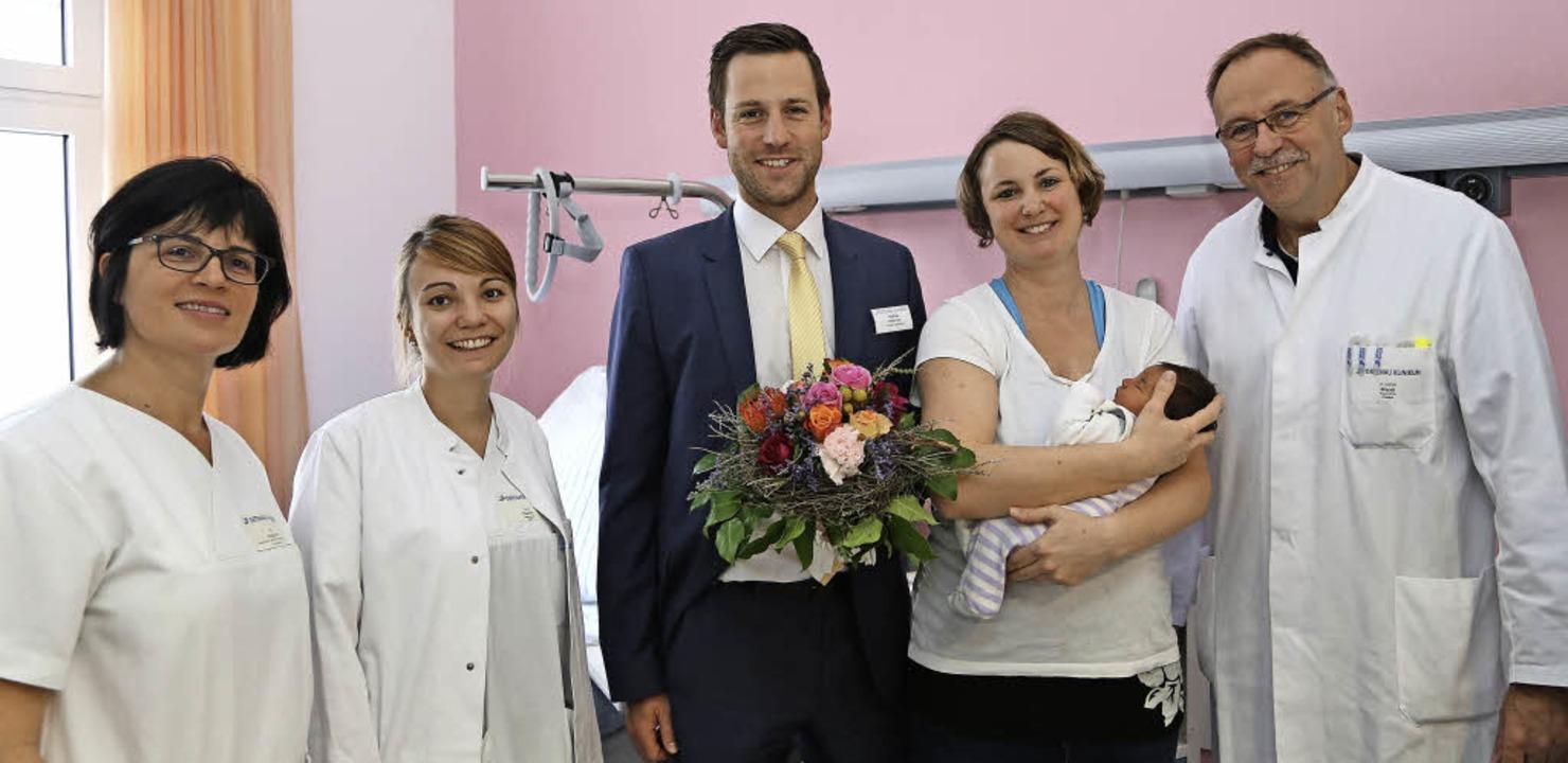 Gratulation zur Geburt (v.l.):  Statio...t Amelie und Chefarzt  Andreas Brandt   | Foto: Klinikum