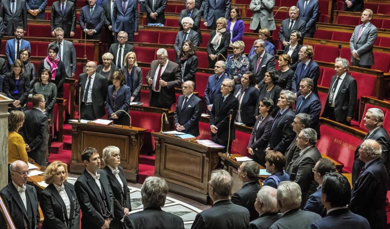 Schweigeminute im Parlament: Die franz...nkt am Dienstag der Opfer von Berlin.     Foto: dpa
