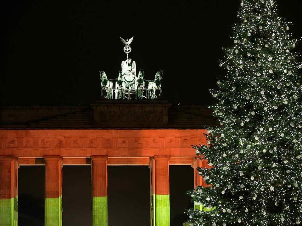Am Dienstagabend war das Brandenburger...in Berlin schwarz-rot-gold beleuchtet.    Foto: dpa