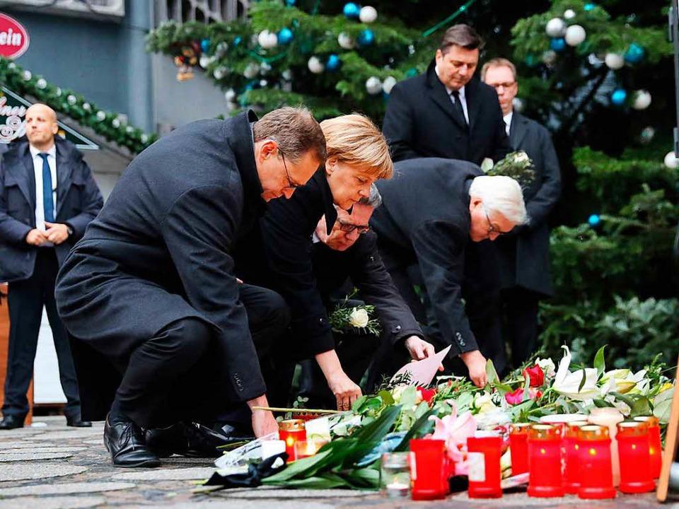 Berlins Regierender Bürgermeister Mich...ienstag am Ort des Anschlags Blumen ab  | Foto: dpa