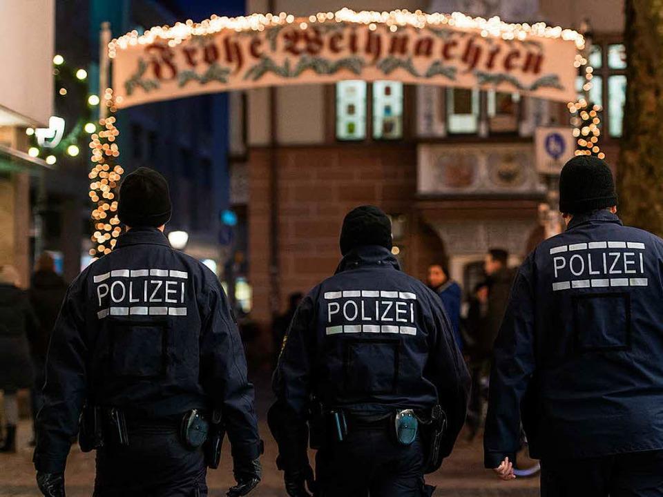 Polizeipräsenz am Dienstag auf dem Weihnachtsmarkt in Freiburg  | Foto: dpa
