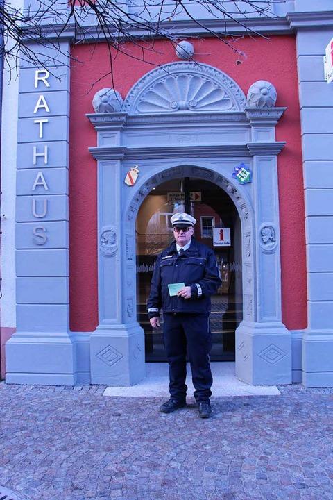 """Die Gemeindevollzugbediensteten vertei...""""freundliche Strafzettel"""".    Foto: Hiorst Dauenhauer/Stadt Waldkirch"""