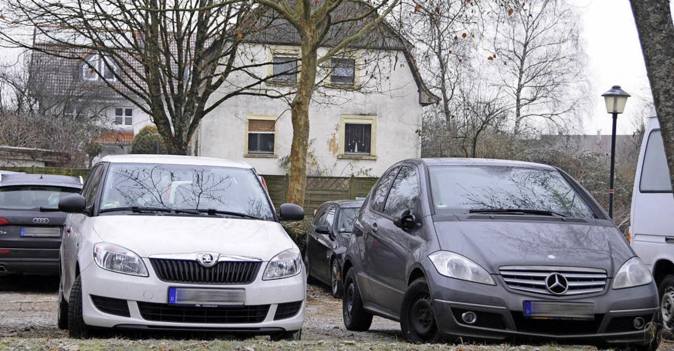 Für die Parkplatzerweiterung beim künf... Wohnhaus in der Neuen Straße weichen.    Foto: Robert Bergmann